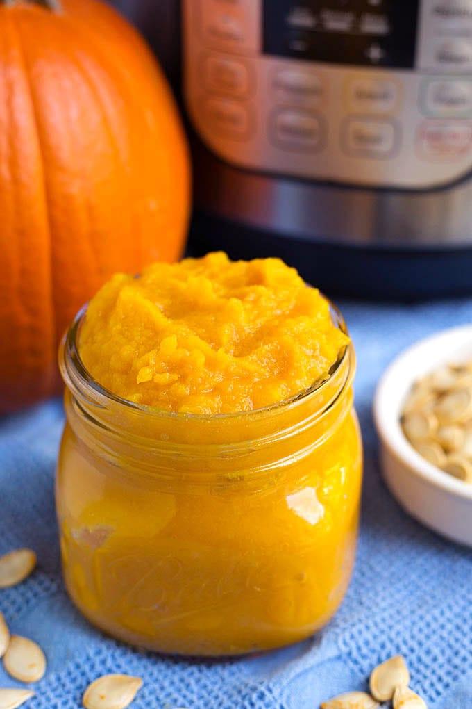 Make homemade pumpkin puree in your instant pot, the oven, or slow cooker. Instant Pot pumpkin puree. simplyhappyfoodie.com #homemadepumpkinpuree #instantpotpumpkin