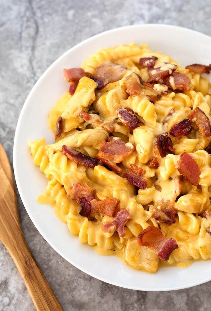 Instant Pot Chicken Bacon Ranch Pasta is a tasty cheesy pasta dinner made in your electric pressure cooker. simplyhappyfoodie.com #instantpotrecipes #instantpotchickenbaconranchpasta #instantpotchickenpasta