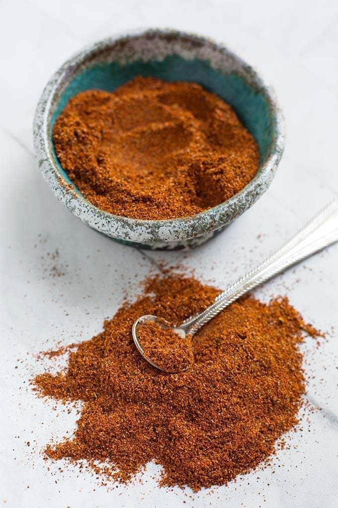 A good Homemade Fajita Seasoning will make a big difference in how your recipe will turn out. This homemade Fajita Seasoning blend is delicious on chicken, steak, pork, and vegetables. simplyhappyfoodie.com #homemadefajitaseasoning #fajitaseasoning #homemadespiceblend #mexicanseasoning #mexicanspiceblend fajita spices