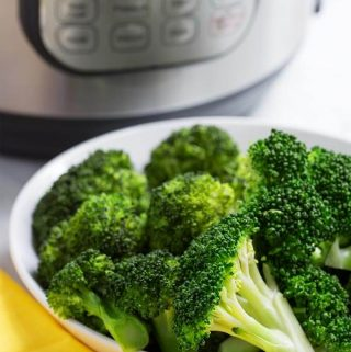 Instant Pot Broccoli is a quick and easy way to steam your fresh broccoli. Pressure cooker steamed broccoli is a healthy and simple way to cook this awesome vegetable. How to steam broccoli in the Instant Pot. simplyhappyfoodie.com #instantpotbroccoli #pressurecookerbroccoli #instantpotvegetables #howtopressurecookerbroccoli