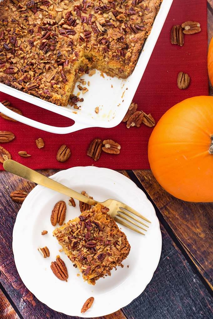 Pumpkin Pie Dump Cake is a scrumptious dessert recipe that you can make the day before you need it, if you want. This is a combination of a pumpkin pie recipe (without the crust), and a cake (without the frosting)! One of my family's favorite Thanksgiving dessert recipes. simplyhappyfoodie.com #pumpkinpiecake #thanksgivingdessert