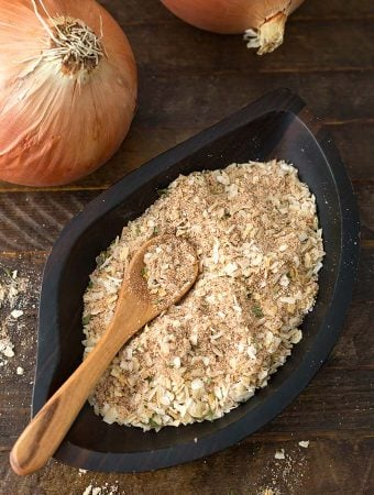 Homemade Onion Soup Mix is a great pantry staple to have on hand to add flavor to recipes like pot roasts, soups, dips, and many others. You can make your own onion soup mix from scratch, and control the amount of salt and unwanted ingredients. dry onion soup mix recipe by simplyhappyfoodie.com #homemadeonionsoupmix #onionsoupmixrecipe